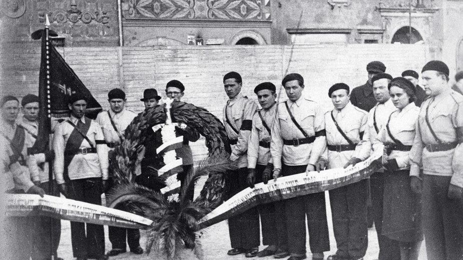 """Członkowie Stronnictwa Narodowego z wieńcem ozdobionym """"mieczem Chrobrego"""" , 1939 r."""