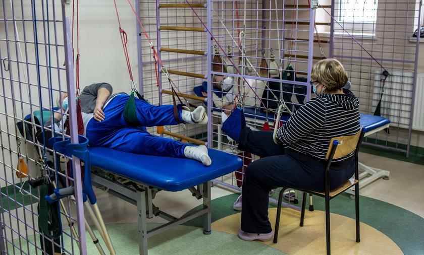 Rehabilitacja pocovidowa trwa od 2 do 6 tygodni. Dzięki niej możesz szybciej odzyskać sprawność oddechową, poprawić kondycję i wydolność krążenia, a także odbudować mięśnie osłabione chorobą.