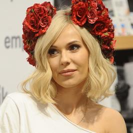 Doda z kwiatami na głowie i stylowym płaszczu spotkała się z fanami