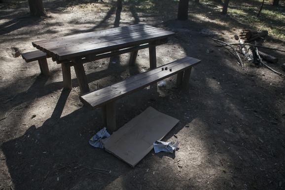 Ovu klupu u Miljakovačkoj šumi građani su danas izbegavali