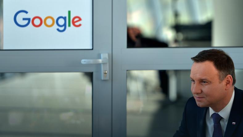 Prezydent Andrzej Duda na stanowisku firmy Google podczas drugiego dnia Kongresu 590 w podrzeszowskiej Jasionce