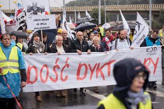 """Marsz KOD w Gdańsku: 'Dość dyktatury, więcej kultury"""", """"Jarosław, Polskę zostaw"""""""