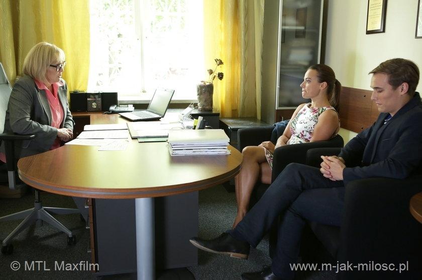 Kierowniczka Domu Dziecka nie ukrywa, że Magda (Anna Mucha) i Olek (Maurycy Popiel) nie są idealnymi kandydatami na rodziców adopcyjnych