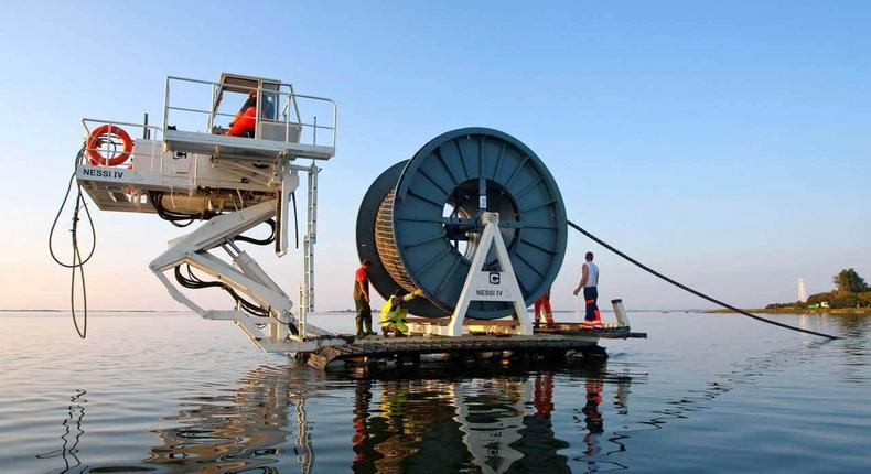 Sub marine cable laying (TechSpot)