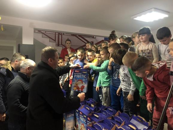 Viktor Jelenić je uručivao paketiće deci sa Kosova i Metohije