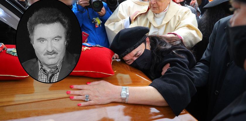 Pogrzeb Krzysztofa Krawczyka. Ostatnie pożegnanie na cmentarzu w Grotnikach [RELACJA]