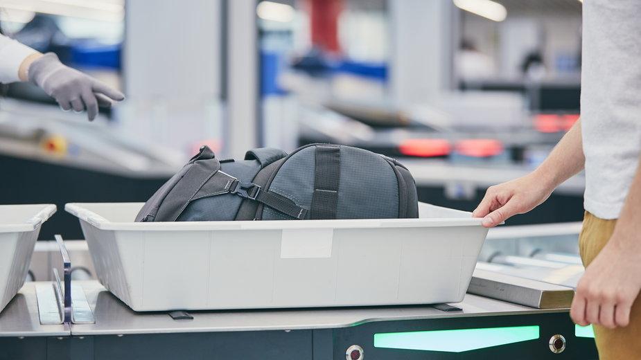 Mężczyzna przed wejściem na pokład samolotu zażartował, że w jego bagażu jest bomba