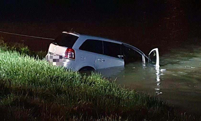 Samochód całkowicie zatonął. Na szczęście nikomu nic się nie stało.