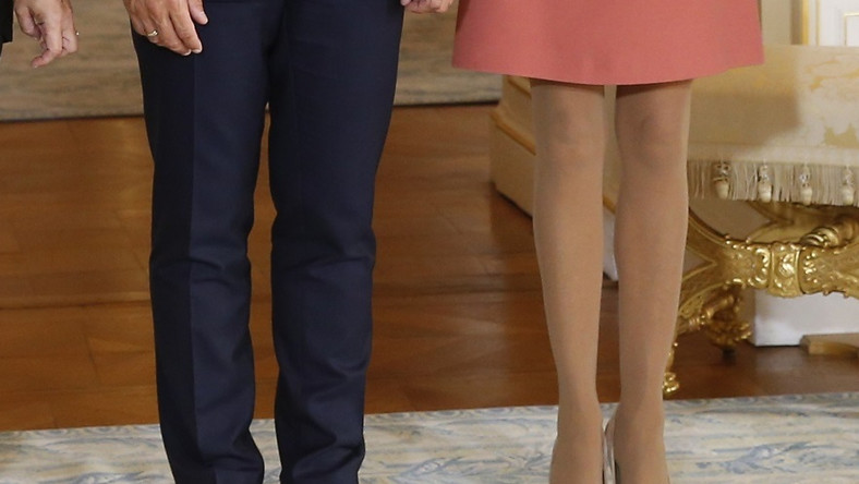 Wierna sukienkom w stylu Twiggy tym razem zepsuła stylizację rajstopami...
