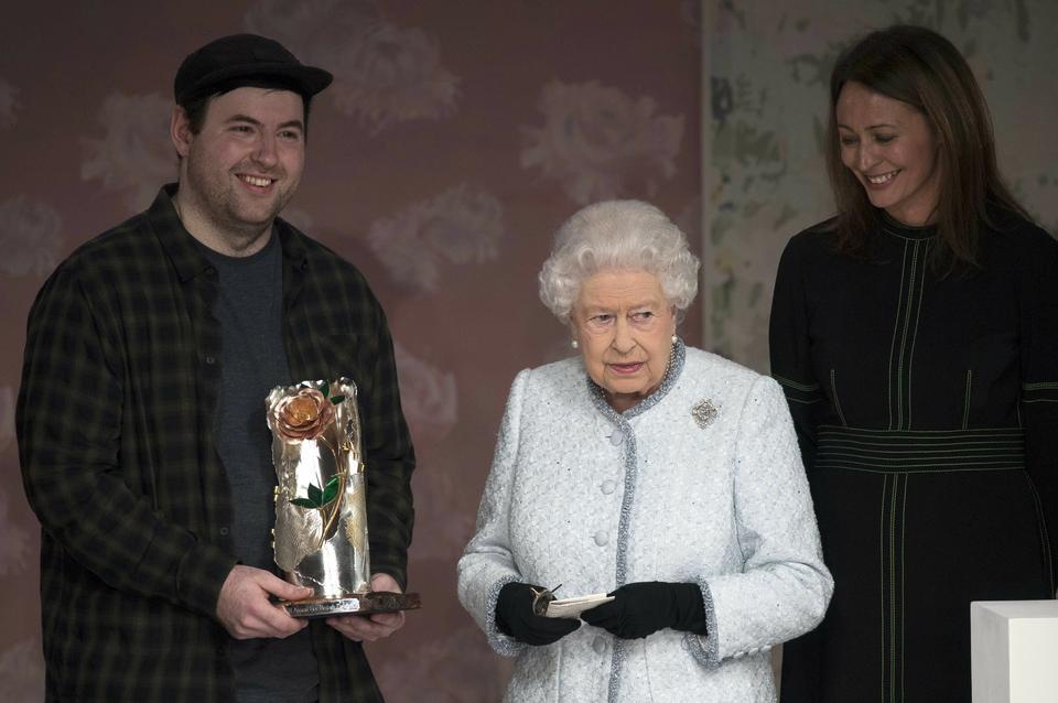 Richard Quinn odbiera nagrodę British Design z rąk królowej Elżbiety