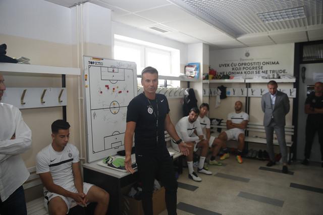 Aleksandar Stanojević u svlačionici FK Partizan pred prvi trening otkako je zamenio Savu Miloševića na mestu trenera