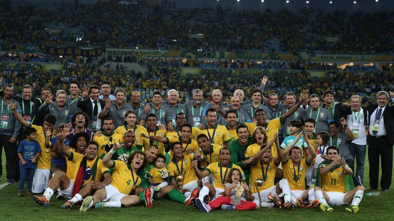 Reprezentanci Brazylii wraz ze sztabem cieszą się ze zwycięstwa w Pucharze Konfederacji