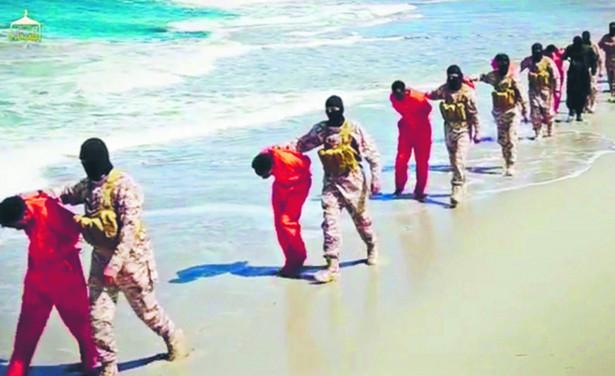 Sceny z filmów dokumentujących egzekucje dokonywane przez dżihadystów