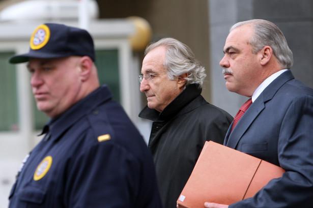 Bernard Madoff (w środku)