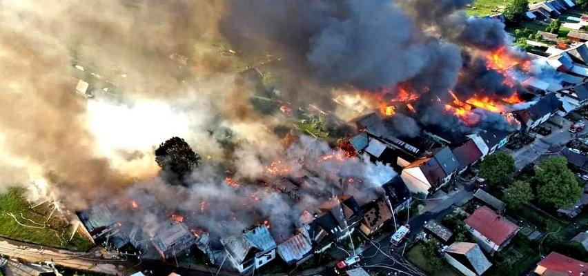 Wielki pożar w Nowej Białej. Płonie kilkanaście budynków. Kłęby dymu widać z daleka