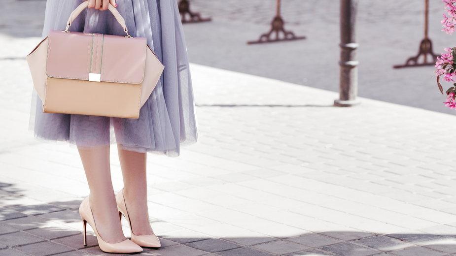 Jakie buty nosić do rozkloszowanej spódnicy midi?