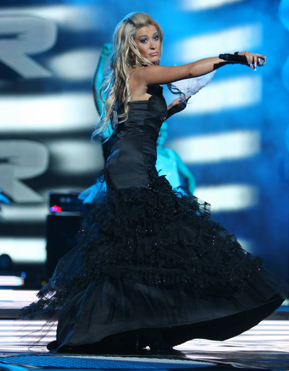 Wokalistka zespołu GrooveBusterz w sukni pożyczonej od Barbie