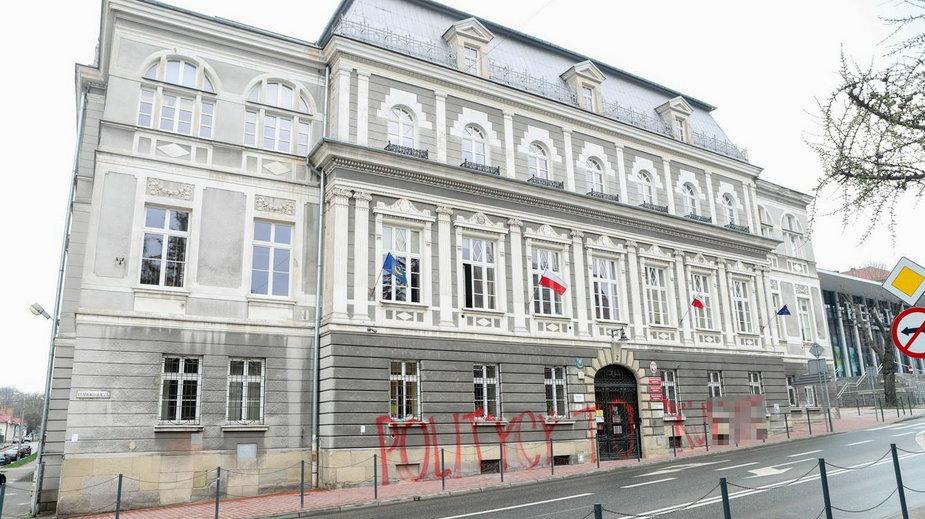 Zniszczona elewacja na budynku urzędu miasta w Tarnowie