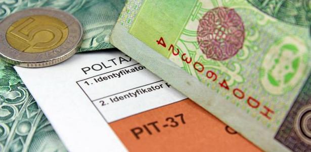 Nieodpłatne świadczenia Jedno z najbardziej doniosłych orzeczeń dotyczyło opodatkowania PIT nieodpłatnych świadczeń dla pracowników. W wyroku z 8 lipca 2014 r. (sygn. akt K 7/13) Trybunał Konstytucyjny uznał, że regulacje ustawy o PIT w tym zakresie są zgodne z konstytucją. Zarazem jednak wyjaśnił, jak należy je interpretować. Orzekł, że opodatkowane są tylko te świadczenia, które zostały spełnione za zgodą pracownika (skorzystał on z nich w pełni dobrowolnie), leżą w jego interesie (a nie w interesie pracodawcy) i przyniosły mu korzyść (w postaci powiększenia aktywów lub uniknięcia wydatku), a korzyść ta jest wymierna i przypisana indywidualnej osobie. TK odniósł się przy tym wprost do niektórych rodzajów świadczeń. Stwierdził, że nie ma PIT od spotkań integracyjnych ani szkoleniowych, natomiast jest od pakietów medycznych, dopłat do kursów języka obcego i bezpłatnych, zapewnianych przez pracodawcę dojazdów do pracy. W tym drugim przypadku pracownik ma przychód, jeśli pracodawca wykonał świadczenie i dysponował wcześniejszą zgodą pracownika na skorzystanie z niego. Na skutek tego orzeczenia NSA odmówił wydania uchwały w sprawie PIT od imprez integracyjnych (postanowienie z 13 października 2014 r., sygn. akt II FPS 7/14). Uznał, że sprawa jest wystarczająco wyjaśniona. Natomiast w sprawie dojazdów do pracy NSA orzekł, że osoby, którym szef zapewnia bezpłatny transport do zakładu, mają przychód podlegający opodatkowaniu. I to nawet wtedy, gdy brakuje ewidencji wskazującej na to, kto korzystał ze świadczenia (wyrok z 20 listopada 2014 r., sygn. akt II FSK 2771/14). Zmieni się to dopiero od 1 stycznia 2015 r. – wejdzie w życie zwolnienie z PIT dla organizowanego przez pracodawcę dowozu do pracy transportem zbiorowym (autobusem, busem).