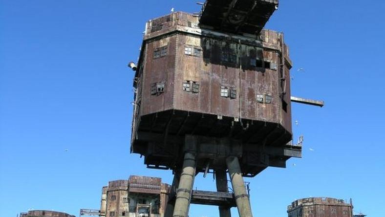 Na bardzo nietypową koncepcję wpadł inżynier Guy Maunsell. Zaprojektował on specjalne wieże o stalowej bądź betonowej konstrukcji zamontowane na ciężkich betonowych podstawach – pisze smartage.pl