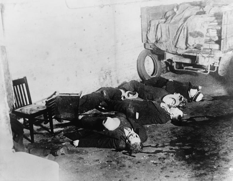 Masakra w dniu Świętego Walentego 1929 roku, która pozwoliła Alowi Capone wyeliminować głównych przywódców konkurencyjnego North Side, wstrząsnęła gangsterskim światem. Dopiero jednak odejście O'Baniona przyniosło mu pełnię władzy w mieście.