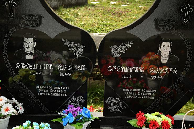 selo-Seferovci-Srbac-grob-ubijenih-1999-sina-Dragana-i-majke-Mileva-02-foto-S-PASALIC