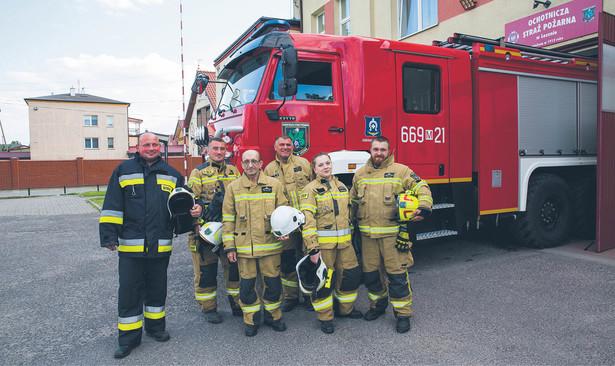 Członkowie Ochotniczej Straży Pożarnej w Lesznie (od lewej): Darek, Rafał Kąpiński, Stanisław Filankiewicz (prezes), Sławomir Nowicki, Anna Zarzycka, Tomasz Zarzycki (naczelnik)