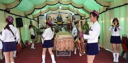 Striptiz na pogrzebie! Tancerki wyginały się przy trumnie