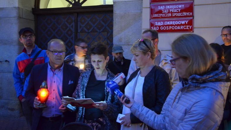 Wieczorny protest przed Sądem Okręgowym w Rzeszowie