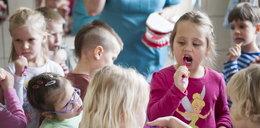 Przedszkolaki uczą się myć zęby