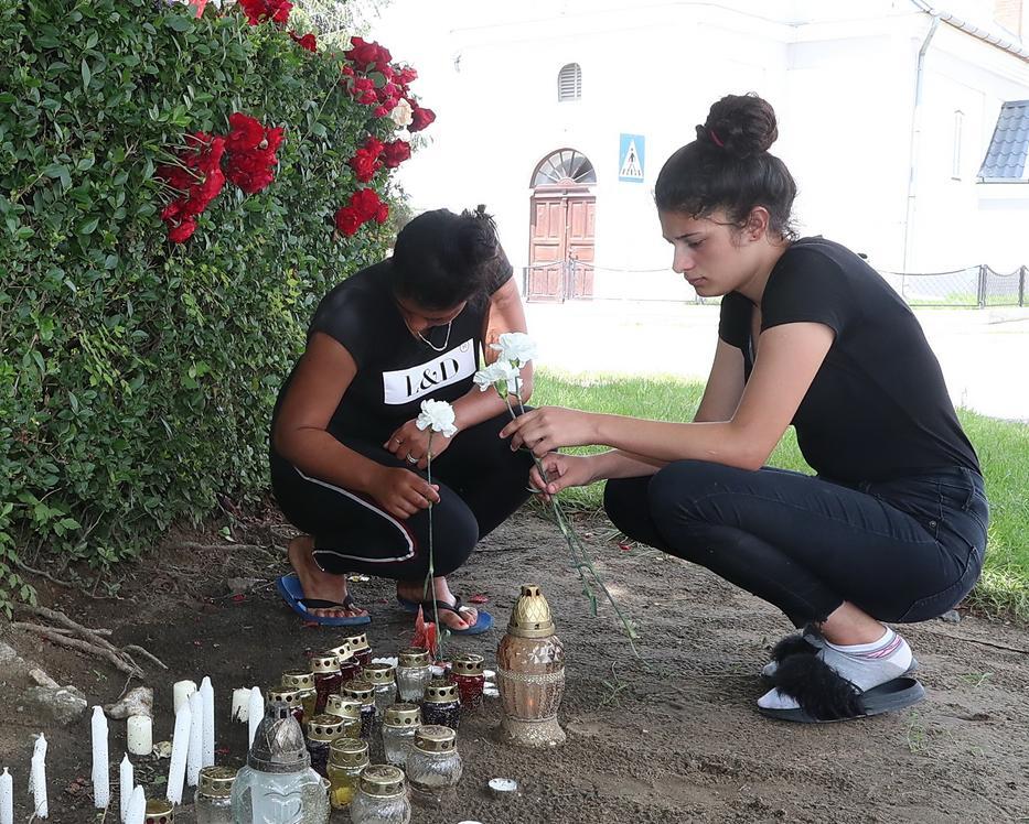 Stefánia (jobbra), Nóra nővére gyertyát gyújtott húga emlékére a családtagokkal. / Fotó: Pozsonyi Zita