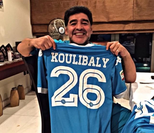 Dijego Maradona, legenda Napolija, sa dresom sadašnjeg defanzivca Kulibalija