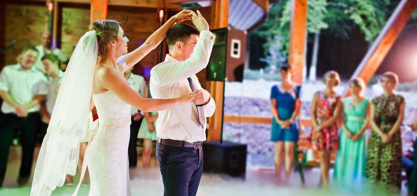 Co na wierzch do sukienki na wesele: szal, bolerko czy marynarka? Co będzie modne a co... wygodne?