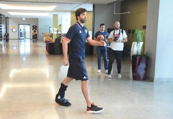 Miloš Teodosić sa medicinskom čizmom nakon povrede protiv Litvanije
