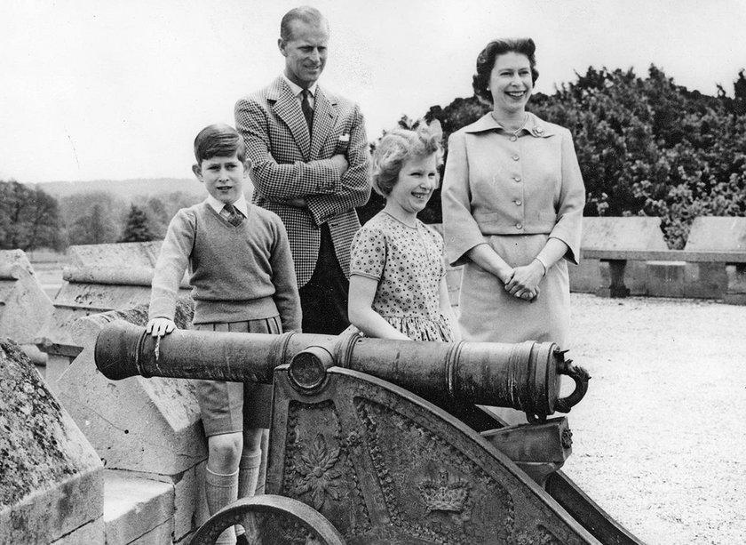 KsiążęFilip i królowa Elżbieta z dziećmi: Karolem i Anną