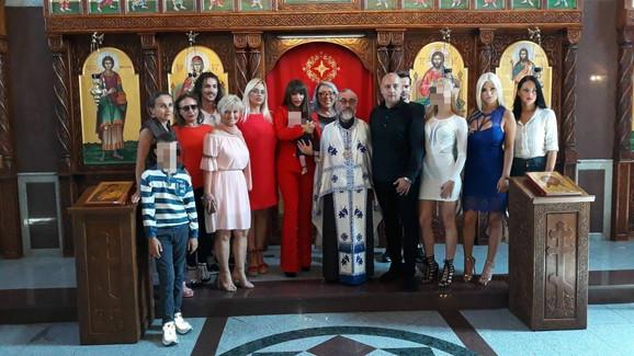 Miljana Kulić sa porodicom i prijateljima na krštenju