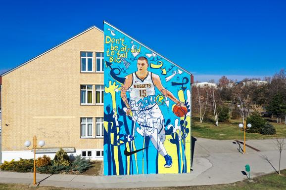Mural posvećen Nikoli Jokiću na školi