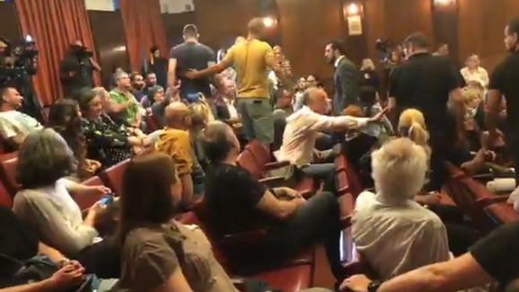 Momak u sivoj majici dotrčao do žene iz publike da se razračuna s njom