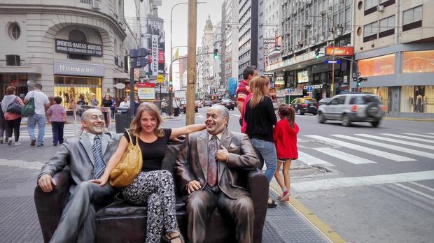 W otoczeniu historycznych satyryków Olmedo i Porcel na Av. Corrientes
