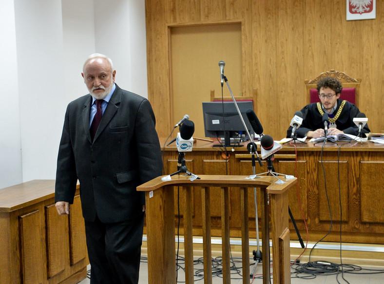 Sędzia Łukasz Mrożek oraz świadek, były sekretarz PKW Kazimierz Czaplicki podczas rozprawy fotoreportera PAP Tomasza Gzella i dziennikarza TV Republika Jana Pawlickiego
