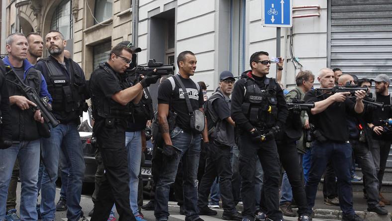 Policja użyła gazu łzawiącego przeciwko grupie kilkuset przyjezdnych z Wysp Brytyjskich.