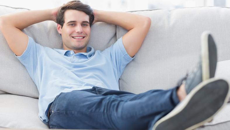 Mężczyzna relaksuje się na kanapie