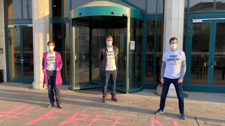 Navalnij mellett tüntetett a Momentum, a rendőrök igazoltatták őket - Blikk