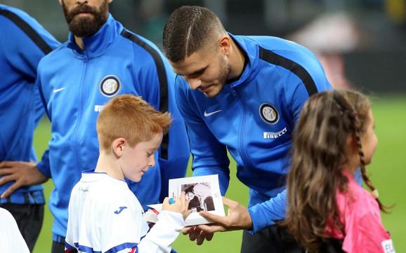 Mauro Ikardi, kapiten Intera, daje mališanima knjigu