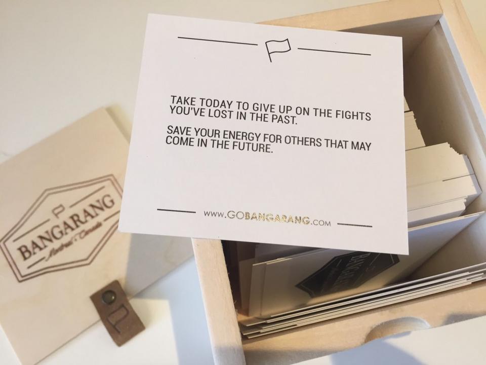 W drewnianym pudełku Bangarang kryje się 199 kartek z motywującymi cytatami. Każde pudełko to również możliwość datku na organizację dobroczynną.