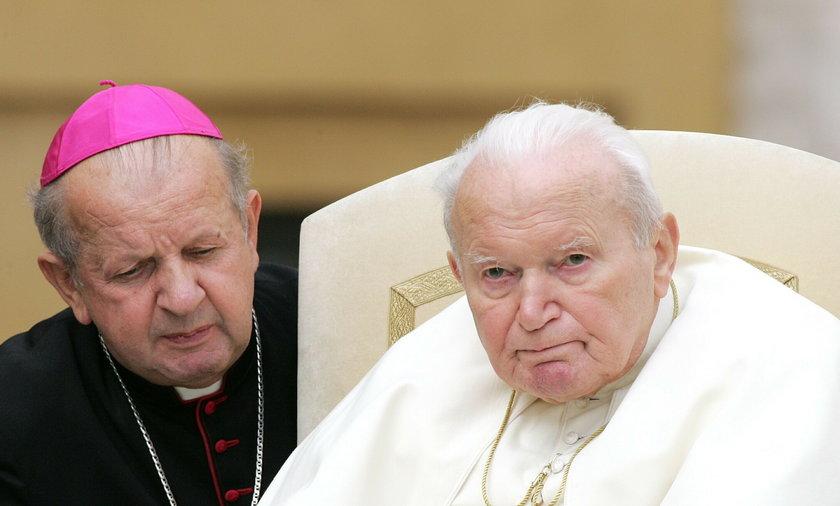 Stanisław Dziwisz i Jan Paweł II w 2004 roku