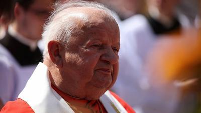 Był żywą relikwią papieża, dziś go kompromituje. Czy Stanisław Dziwisz jest rzeczywiście niezatapialny?