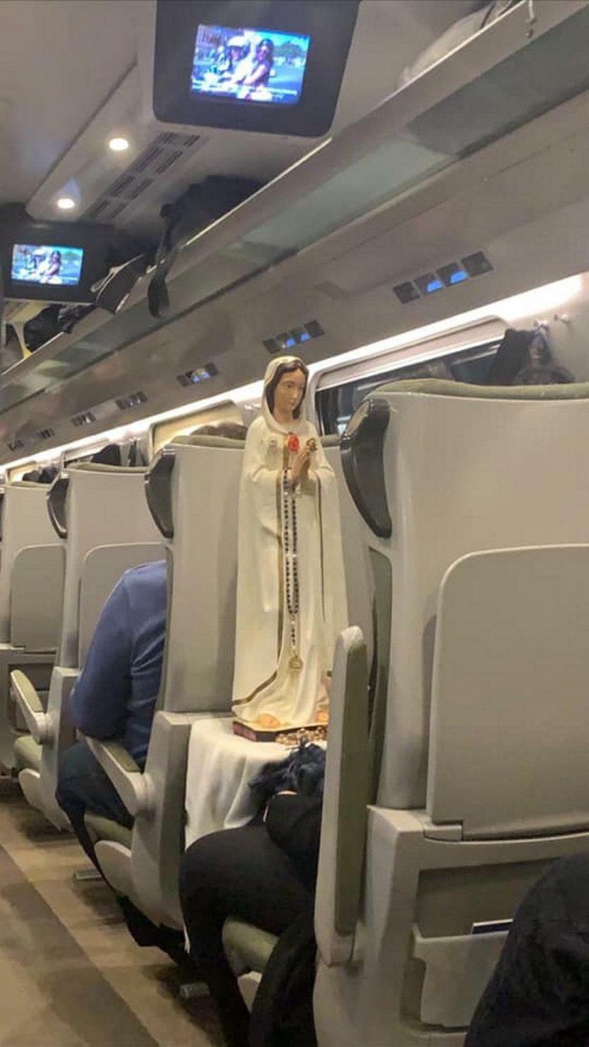 Figurka Matki Bożej stanęła w Pendolino. Pasażerki modliły się na korytarzu