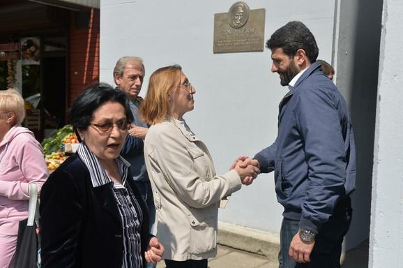 Na otkrivajnu spomen ploče prisustvovali i supruga i unuk pokojnog oficira JNA