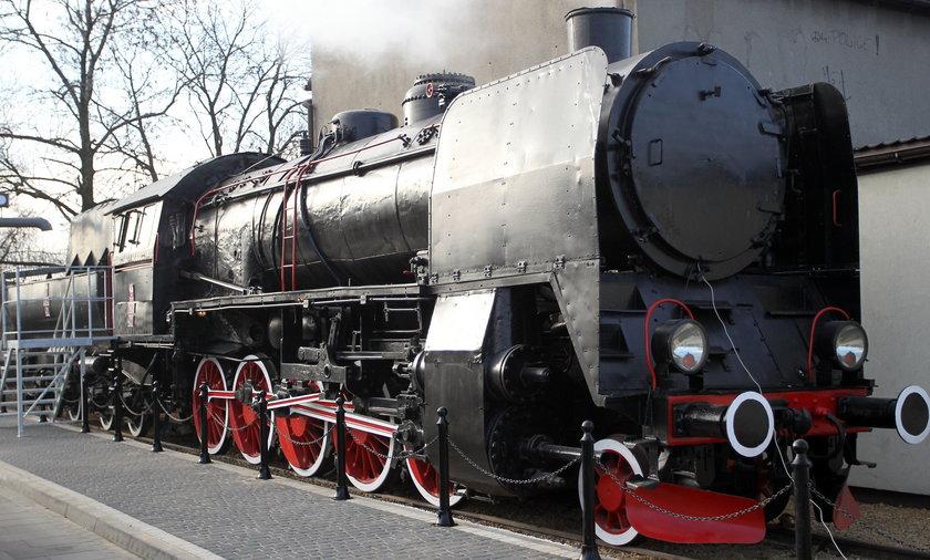 Łazy. Z~abytkowy parowóz przed dworcem kolejowym